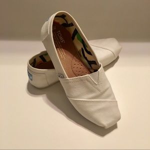 Used- white Toms classic canvas slip-on size 6.5